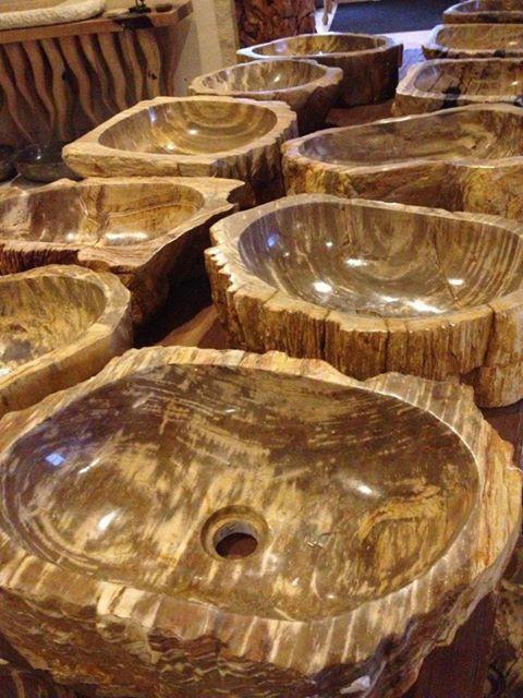 Waschbecken aus versteinertem Holz