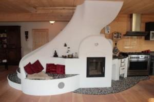 Treppe und Ofen mit Elementen aus Naturstein