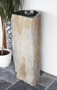 Standwaschbecken aus versteinertem Holz