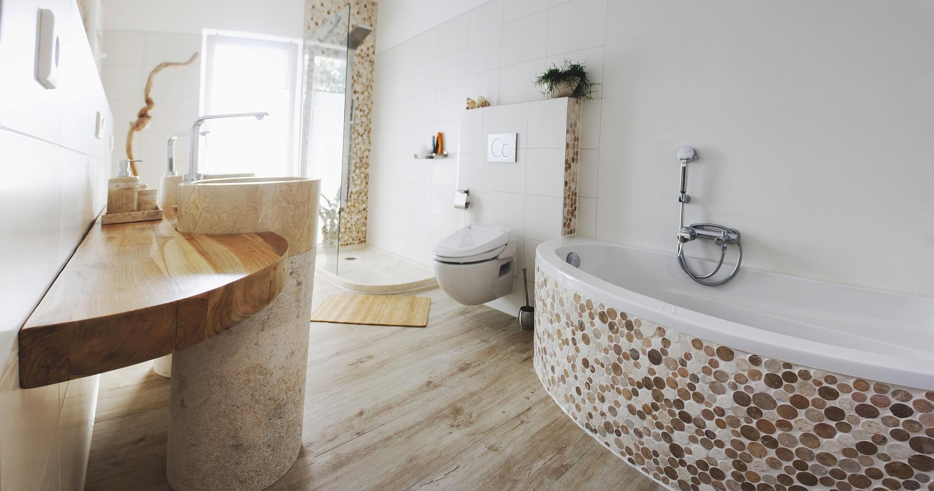 Badezimmer Mosaik: Kleines bad badewanne fliesen farben mosaik ...