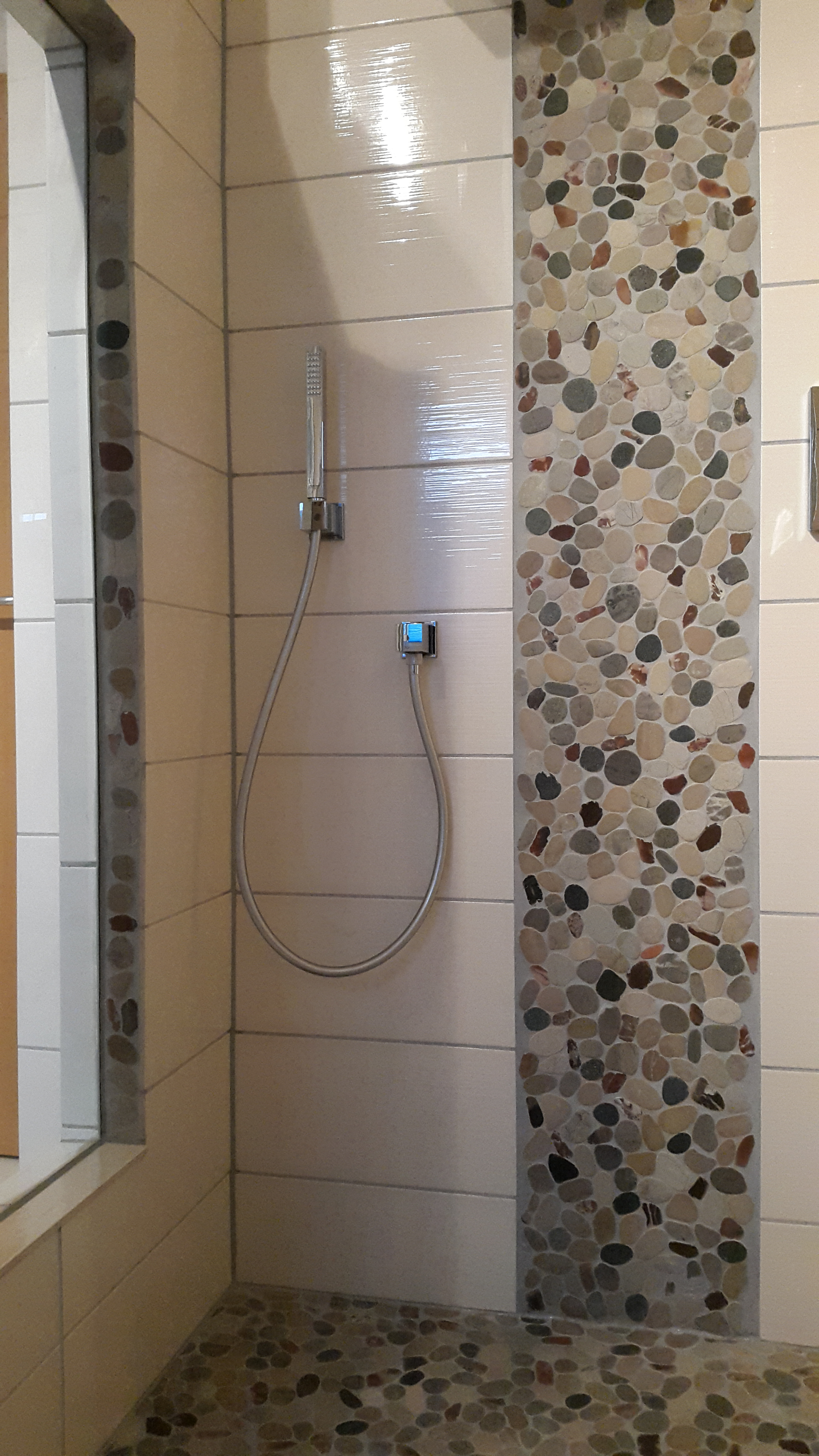 Dusche mit Bodenablauf, Flusssteinmosaik :: FLIESENONKEL | {Bodengleiche dusche glaswand 64}