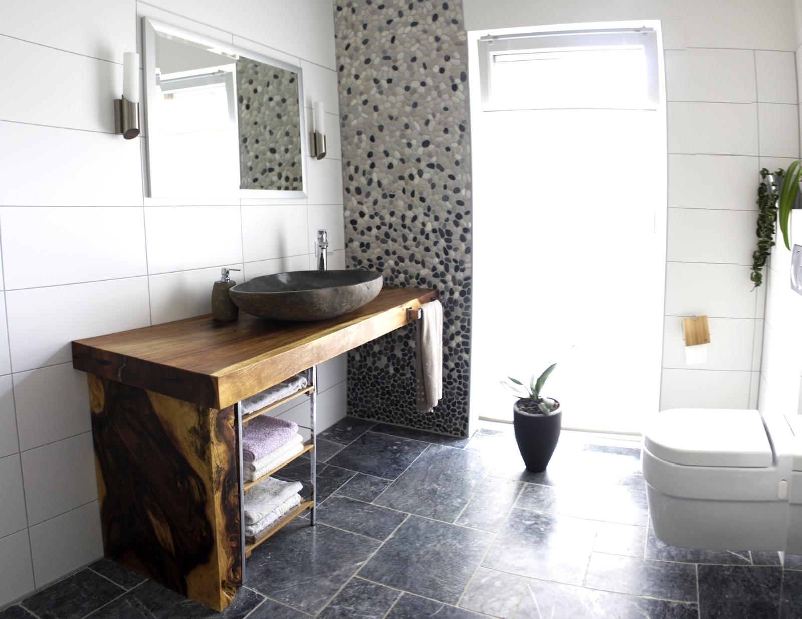 traumb der mit naturstein steinwaschbecken waschtischplatte und flusssteinmosaik der. Black Bedroom Furniture Sets. Home Design Ideas